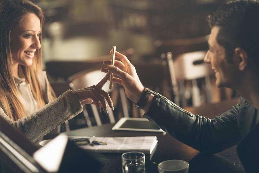 Immagine di coppia che cerca ristorante
